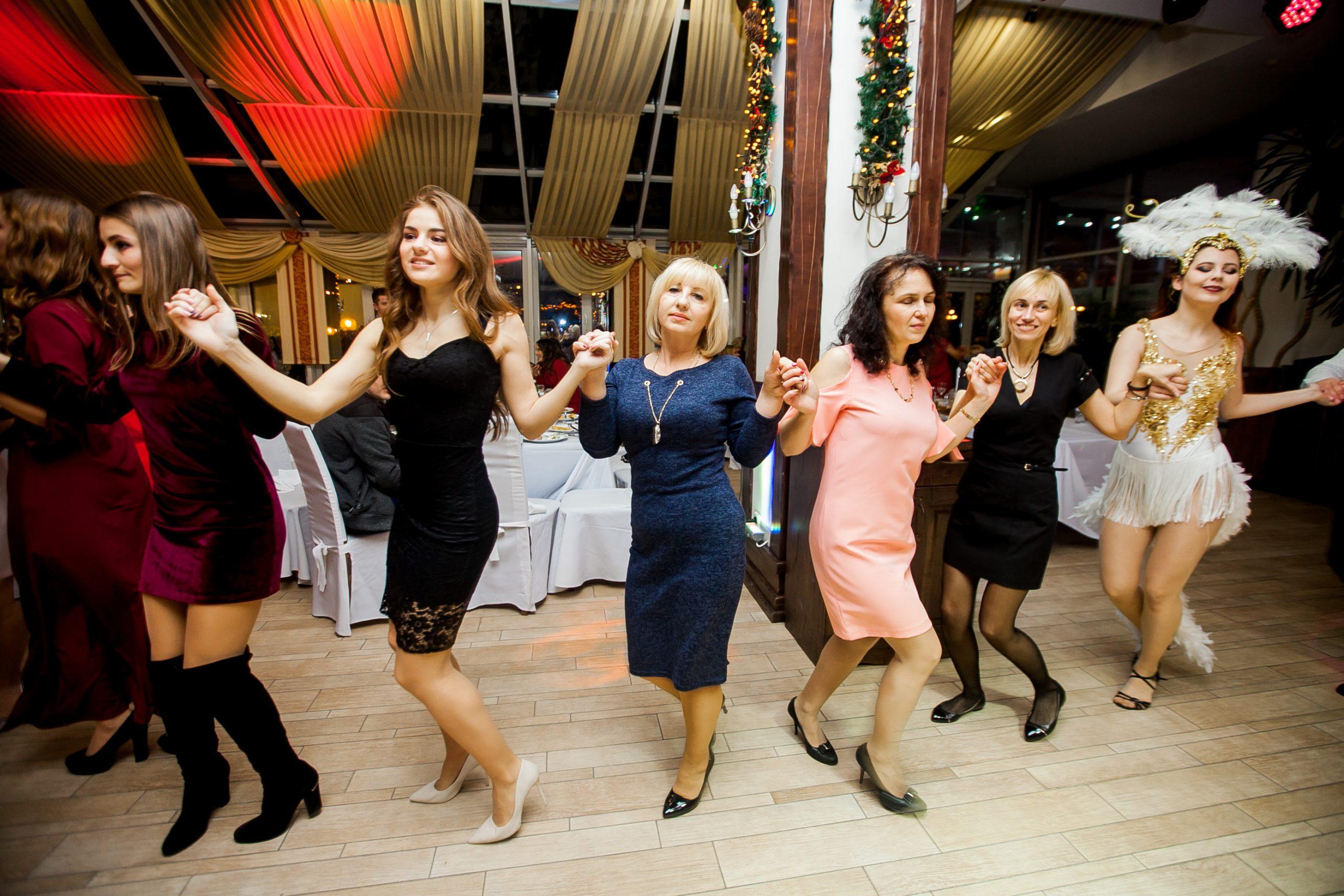 девушки танцуют на женском корпоративе