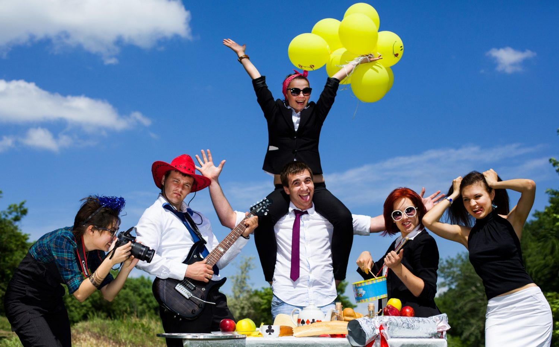 дружный коллектив празднует корпоратив на природе